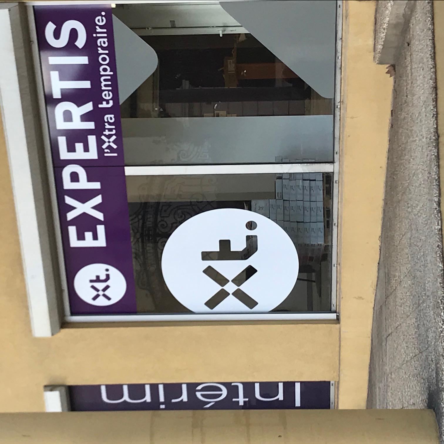 pose enseigne vitrine pour l'ouverture agence d'intérim expertis à Béziers